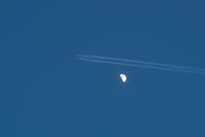 20160514月と飛行機雲