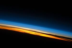 国際宇宙ステーションから見た日の入り