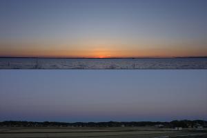 西の夕焼けと東の地球影