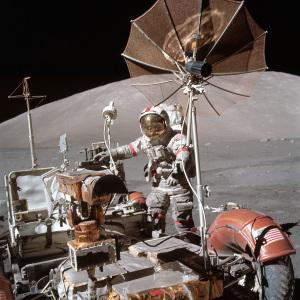 月面活動中の宇宙飛行士